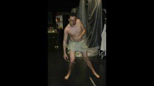 Calibán interpretado por Juan Bertuchi en la obra teatro la tempestadde William Shakespeare dirigida por Andrés David González Muñoz de la compañía de teatro Malditos peliculeros.