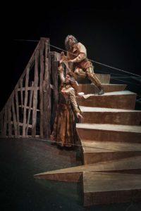 Carmen le da un clavo a Ramón encima de la escalera protagonistas de la obra de teatro SISIFO de la compañia teatral Malditos peliculeros