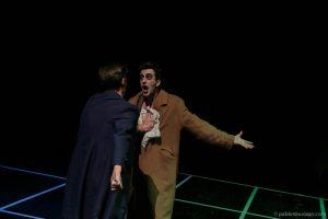 Amigo de Kurt frena a Kurt en el parque interpretado por Fernando José Hidalgo y Joe Manny en obra de teatro El método dirigida por Andrés David González Muñoz compañía Malditos peliculeros a partir del texto de Carlos Muñiz El tintero.