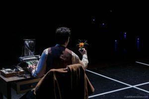 Kurt en la oficina interpretado por Joe Manny en obra de teatro El método dirigida por Andrés David González Muñoz compañía Malditos peliculeros a partir del texto de Carlos Muñiz El tintero.
