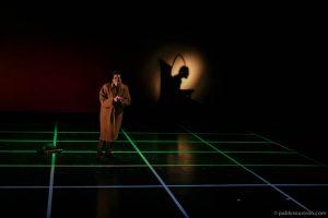 Kurt se arrepiente interpretado por Joe Manny en obra de teatro El método dirigida por Andrés David González Muñoz compañía Malditos peliculeros a partir del texto de Carlos Muñiz El tintero.